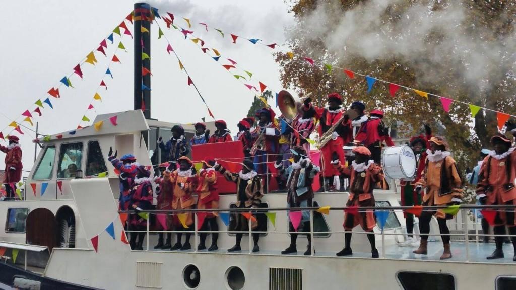 Muziekpieten van Applaus op de boot van Sinterklaas
