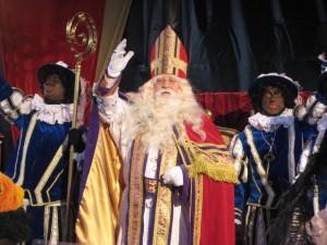 Sinterklaas neemt plaats in zijn stoel op de Markt